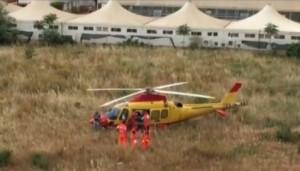 Elisoccorso si perde e atterra in campo: chiede strada per ospedale Bari VIDEO