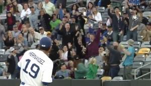 VIDEO YouTube. Baseball: mazza vola, spettatore la afferra al volo e salva donna