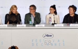"""Cannes, saffico """"Carol"""" applaudito. Cate Blanchett: """"Io lesbica? Non è vero"""