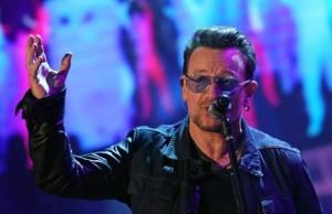 """U2, Bono Vox dopo caduta: """"Non riesco a suonare chitarra, è come rigor mortis"""""""