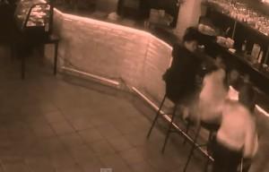 VIDEO YouTube - Cameriera palpata dal cliente reagisce colpendolo col menù