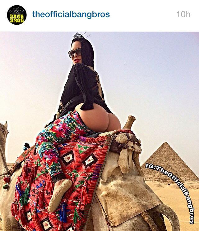 Carmen De Luz, pornostar tra piramidi: FOTO lato B scoperto, scuse a Egitto