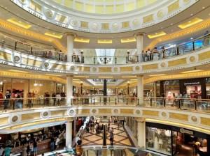 Brescia, dimenticano il figlio al centro commerciale: genitori assolti