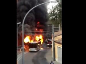 Chieti, bus in fiamme in pieno centro
