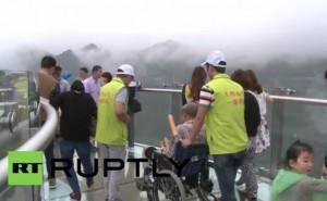 Cina, il più lungo ponte trasparente al mondo su strapiombo da 718 m