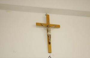 Terni: a 12 anni aggredita da compagno di classe perché porta crocifisso