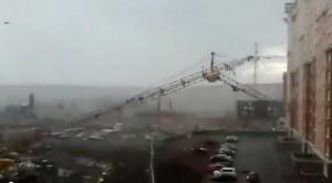 VIDEO YouTube. Gru di 15 metri si schianta al suolo per vento: morta una donna