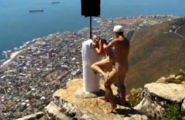 Film porno girato su montagna che sovrasta Città del Capo in Sudafrica FOTO