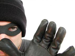 Camorra, furto in casa del boss latitante: derubato numero 2 del clan Polverino