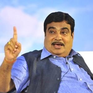 """India, il ministro che innaffia le piante con la pipì: """"Crescono più floride"""""""