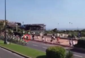Giro d'Italia: attraversa mentre passa il gruppo, decine di corridori a terra