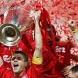Steven Gerrard alza la Coppa dei Campioni