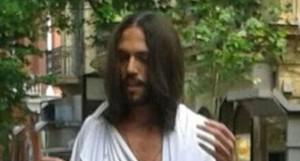 """""""Gesù"""" a Napoli benedice i passanti: nuovo caso dopo Torino"""