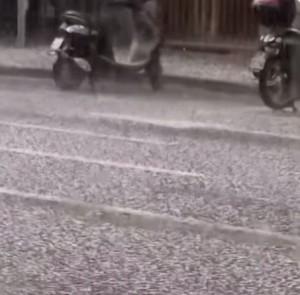 VIDEO YouTube - Grandine a Milano: strade imbiancate dai chicchi