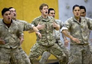 Principe Harry balla danza Maori in Nuova Zelanda