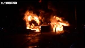 VIDEO Maxi incendio doloso a Pontedera: a fuoco azienda di rifiuti Mansider