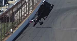 Paura ad Indianapolis: monoposto finisce contro muro, poi decolla