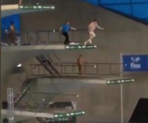 VIDEO YouTube Invasore si tuffa dal trampolino del campione Tom Daley
