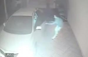 Furti, tre ragazzi provano a rapinare nel garage di casa un uomo appena rientrato dal lavoro. Ma lui tira fuori la pistola e spara, scacciandoli