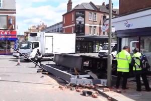 VIDEO YouTube. Londra, insegna digitale da 1 tonnellata crolla in strada: sfiorata una donna