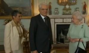 Mattarella in silenzio davanti regina Elisabetta: interprete arriva di corsa
