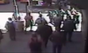 VIDEO YouTube - Con un martello aggredisce un poliziotto a Manhattan: ucciso