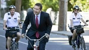 Ignazio Marino, slalom fra gli ambulanti ai Fori: ma non li aveva cacciati?