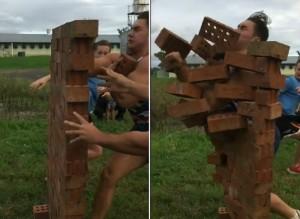sfonda muro mattoni con il petto poi invia filmato a squadre rugby