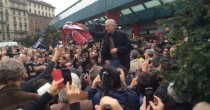 Milano, migliaia in strada con scope