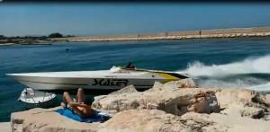 Motoscafo impazzito si schianta su frangiflutti a due passi dai bagnanti VIDEO