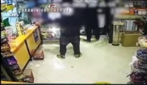 VIDEO YouTube. baby rapinatori intrappolati: commessa scappa e li chiude dentro