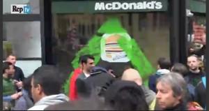 No-Expo blitz contro Mc Donald's, vetrine imbrattate VIDEO