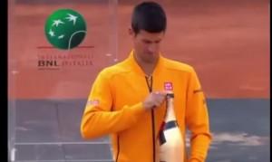 Djokovic apre lo champagne dopo aver sconfitto Federer a Roma