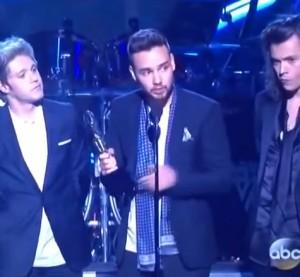 One Direction prima volta in 4 ritirano premio e ringraziano Zayn Malik