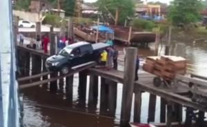 VIDEO YouTube - Pick-up sale su nave grazie a due assi di legno