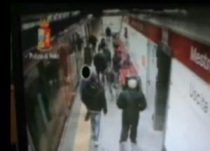 Baby gang di italiani aggrediva bengalesi in strada a Venezia: VIDEO pestaggio