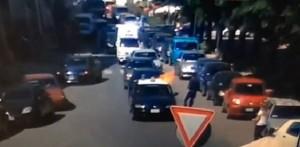 Ragusa, ferma auto dei carabinieri e gli dà fuoco VIDEO