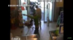 VIDEO YouTube. Napoli, rapinano supermercato, si ribaltano con auto durante fuga