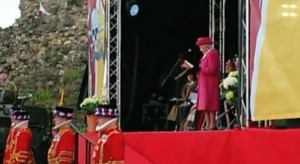 VIDEO YouTube - Regina Elisabetta in rosa in onore della Royal Baby Girl