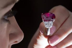 Sunrise Ruby, raro rubino birmano battuto all'asta per 30,3 mln $: record