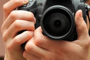 Ruba macchina fotografica a coinquilina e posta le foto su Facebook