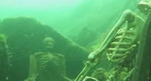 VIDEO YouTube: due scheletri in lago del Colorado. Uno ha occhiali da sole ma...