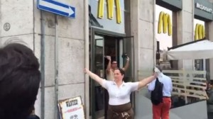 """Milano, sciopero al McDonald's di piazza San Babila. """"Contratto fermo da 2 anni"""""""