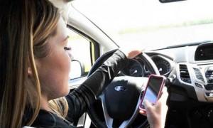 Distrazioni alla guida, la top ten: sms, Facebook, selfie...