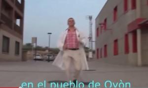 """VIDEO YouTube: Spagna, candidato sindaco corre in strada col camice bianco: """"Il peggior spot di sempre"""""""