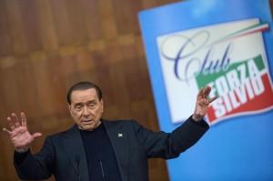 """Berlusconi a Renzi: """"Leggi la Costituzione, tuo governo è fuorilegge"""""""