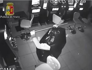 Ladro si traveste da sacco della spazzatura: arrestato