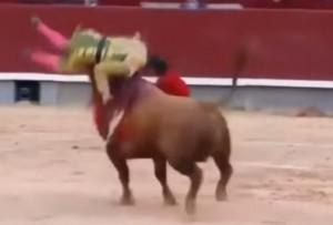 VIDEO YouTube - Saul Jimenez Fortes, torero colpito al collo da cornata