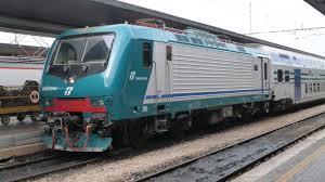 Acerra, lanciano sassi contro treno regionale: ferito un passeggero