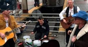VIDEO YouTube, U2 suonano Angel of Harlem nella metro di New York